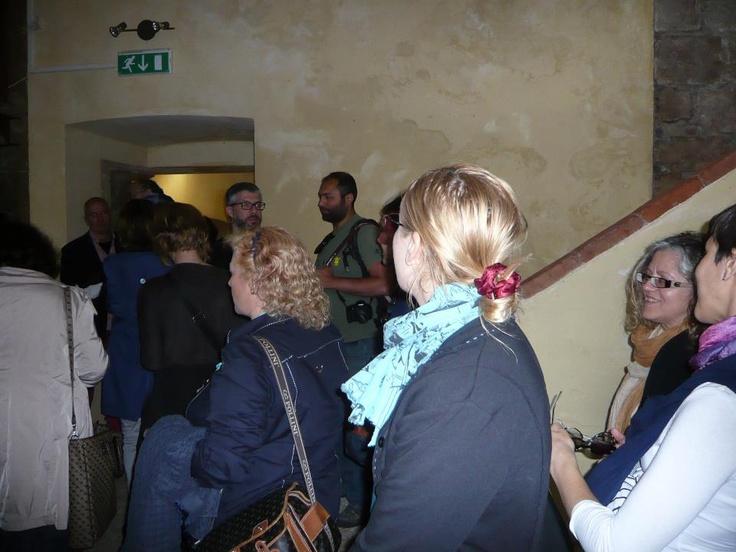 Gli INVASORI ormai sono dentro il Cassero, ma chi è quella bella bionda vista da dietro, mi pare Anna......