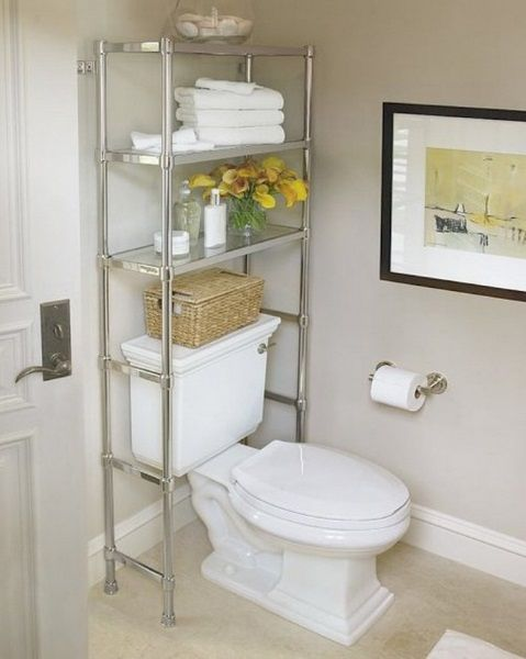 5-etajera din otel cromat montata pe peretele din spatele vasului de toaleta baie mica