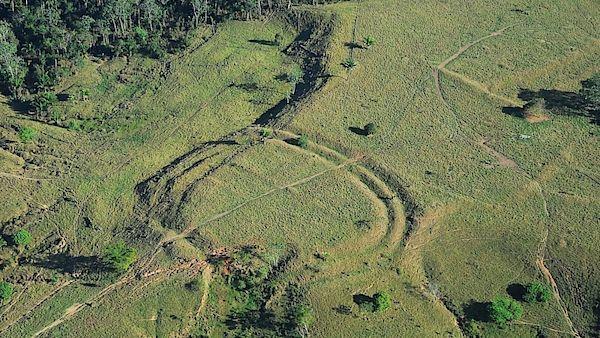 Letecký snímek, který ukazuje umělou změnu reliéfu krajiny v brazilském státě Acre na západě země. Podle odborníků zde stály stavby podobné ranému Stonehenge.