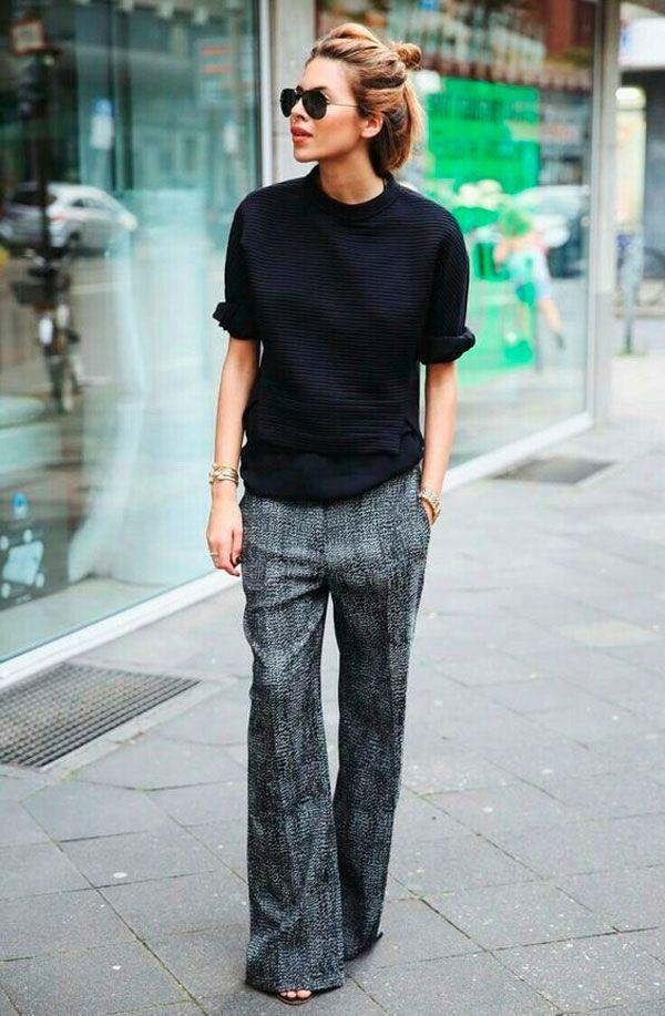 Maja Wyh usa calça pantalona com moletom preto.