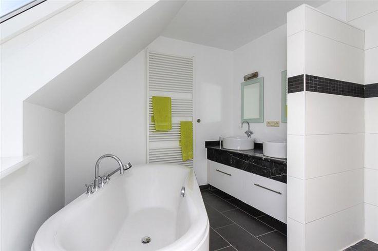 Vrijstaand bad onder schuin plafond