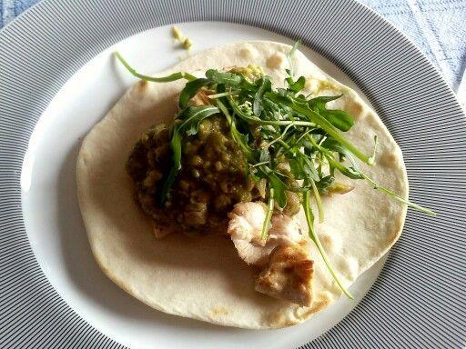 Tortilla con guacamole, pollo alla piastra e rucola