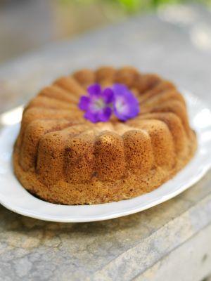 Knepet med att lyckas med sockerkakan är att vispa ägg och socker riktigt, riktigt luftigt. Man får aldrig vispa ner mjölet, då kan sockerkakan lätt bli g...