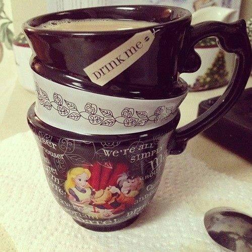 Quero muito essa caneca da Alice no País das Maravilhas!