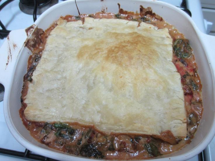 Pasta hojaldre lasaña con hojas de remolacha y espinacas