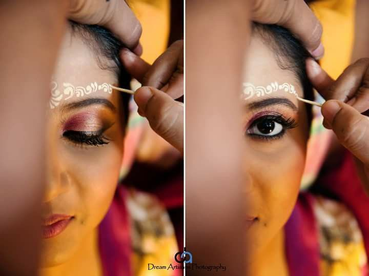 bengali bride, getting ready, bengali traditional chandan, make up, Indian wedding