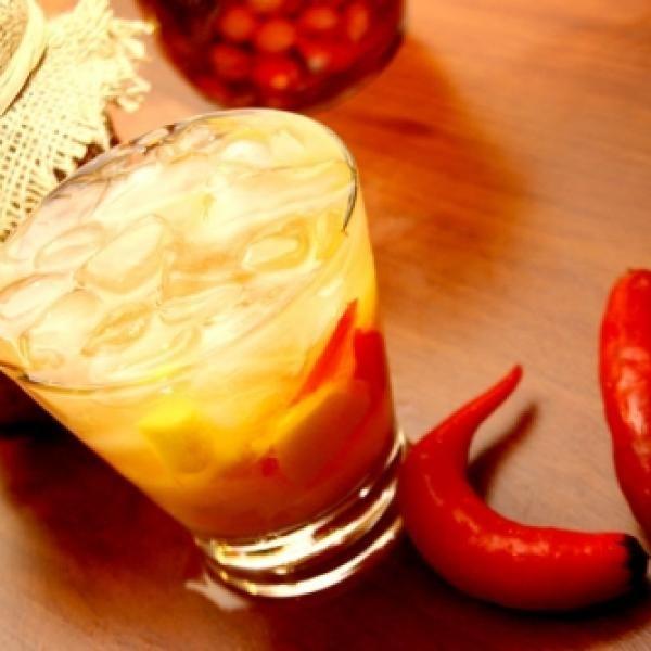Receita de Caipirinha de Vodka com Pimenta e Manga - 50 gr de manga, 2 doses de vodka, 1 colher (sopa) de açúcar de bar, 1 unidade de pimenta dedo-de-moça e...