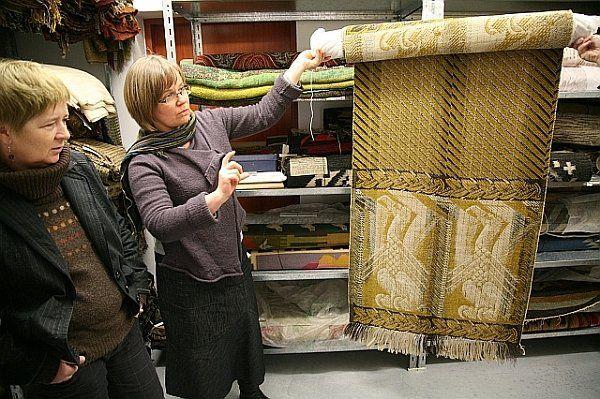 Tkanina żakardowa z 1927 r. proj. Lucjana Kintopfa przypomina pas słucki. Ozdobiona jest motywem orłów