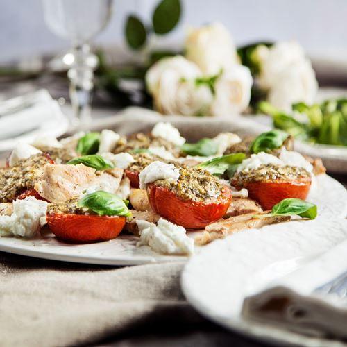 Stekt kyckling på pestogratinerade tomater och mozzarella