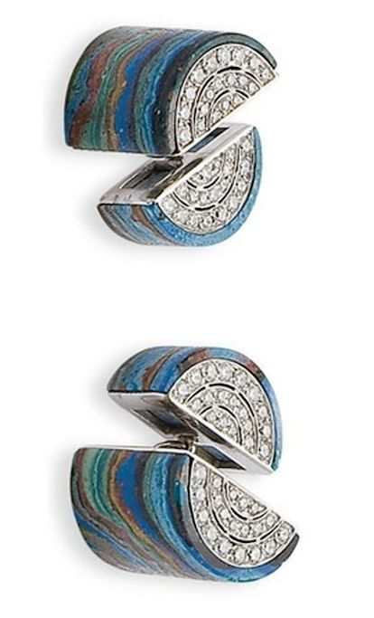 PAIR OF CUFFLINKS AND DIAMONDS chrysocolla Each composed of two half-cylinders chrysocole partially paved on the sides of small round brilliant cut diamonds, gold frames