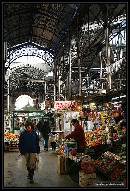 El Mercado de San Telmo, con sus transformaciones, aún mantiene sus locales de carne, frutas y verduras