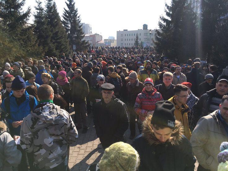Около 2 тысяч Новосибирцев провели митинг против коррупции!!! В Новосибирске прошел митинг против коррупции, который решили провести после публикации расследования оппозиционера Алексея Навального и ФБК о премьер-министре Дмитрии Медведеве.   Как сообщает «НГС.Новости», акция состоялась у здания театра. На ней собрались по меньшей мере 2 тысячи человек, в основном молодые люди в возрасте около 20 лет. В сквере неподалеку от здания метрополитена собирали агитационные кубы. Символом митинга…