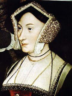 """O Rufo . A gola destas chemises, possuía um cordão que, puxado, amarrava a gola; essa gola, franzida pelo cordão, era visível por baixo das roupas masculinas e femininas. Posteriormente as golas das chemises foram engomadas e plissadas até darem origem ao chamado rufo, que foi uma forte tendência de moda começada entre 1530 e 1540. """"E como sempre ocorre na moda, as pessoas começaram a competir entre si para mostrar quem tinha a versão mais absurda dos tais rufos"""", diz  Denise Pollini."""