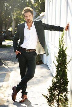 Den Look kaufen: https://lookastic.de/herrenmode/wie-kombinieren/sakko-businesshemd-anzughose-derby-schuhe-guertel/6015 — Weißes Businesshemd — Schwarzes Sakko — Dunkelbrauner Ledergürtel — Schwarze Anzughose — Braune Leder Derby Schuhe
