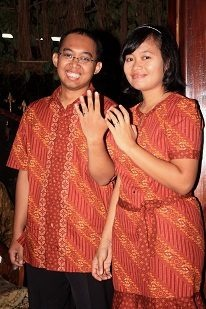 Kembar di hari pertunangan kami :))  Foto oleh Ibu Karunia Pradyanti dari Jakarta. Terima kasih atas fotonya!