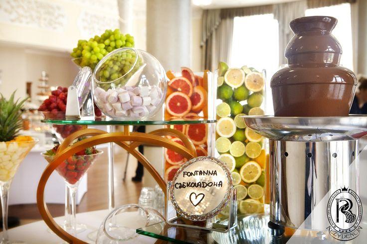 Bufet owocowy z #fontannaczekoladowa.  #RezydencjaHotel #wesele #czekolada #owoce #wesele #wedding #bufet #bufetweselny #culinary #food #restaurant #restauracja #luxury #besthotel #hotel #Poland #luxurious #luxurylife