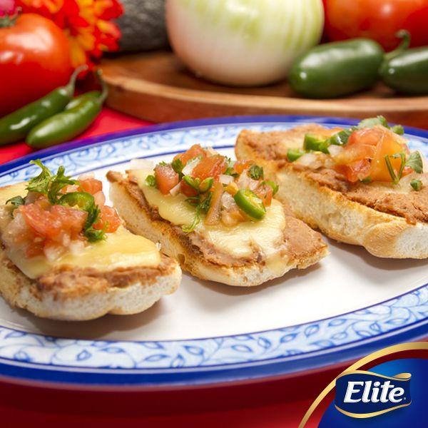 ¡Empieza tu domingo con unos deliciosos molletes! Agrégales pico de gallo y disfruta con tu familia.