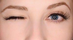 Göz seğirmesi neden olur?  Göz seğirmesi şunlardan olur: - Uykusuzluk - Yorgunluk - Stres - Çay/kahve/cola gibi içeceklerin fazla tüketilmesi  Göz seğirmesinin altında bir göz hastalığı ya da nörolojik bir hastalık yatmaz. Göz seğirmesi uzun (haftalar, aylar) sürebilir.  Dinlenmekle, stresten uzaklaşmakla geçer. Besin desteği olarak multivitamin alınabilir.