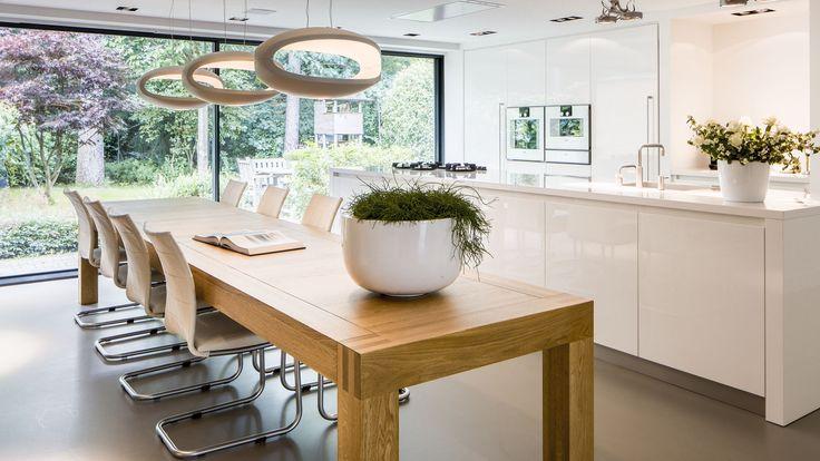 De keuken moest het middelpunt van het huis worden. Een echte woonkeuken, waar je naar hartenlust kunt koken en iedereen samenkomt aan de grote eettafel. Een keuken met alles erop en eraan, inclusief een bijkeuken. Kabaz heeft letterlijk en figuurlijk ruimte gemaakt voor de droom van de klant, door de achtergevel uit te bouwen met …