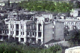 """Похоже, что фотография разрушенной в январе 1943 года гостиницы «Бристоль» была сделана в середине 1950-х годов, так как новый жилой дом ГХРУ(1952) на Красноармейской улице уже построен.  Осенью 1948 года ставропольский архитектор Б. Ф. Буткевич составил первый проект восстановления разрушенной гостиницы. Восстановление и реконструкция """"Бристоля"""" по его проекту, начались с расчистки здания в 1949 году и завершились, в основном, в 1958 году"""