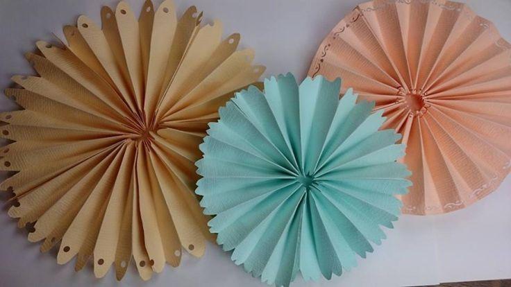 W karnawale organizowane są liczne przyjęcia, bale i imprezy domowe. Warto na tę okazję przygotować ciekawe dekoracje karnawałowe wnętrz. Ozdoby powinny być błyszczące, lekkie i kolorowe. Zobacz, jak zrobić rozety z dekoracyjnego papieru.