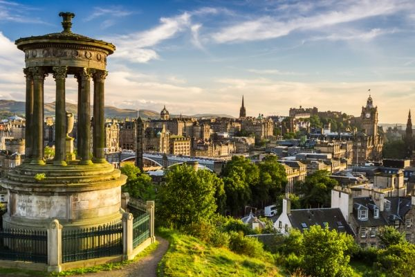 Is this really Edinburgh, Scotland? It looks so intriguing! The city is full of architecture, history, galleries and museums along with ties to medieval times. There is also a beautiful castle and many festivals throughout the year. Pretty!