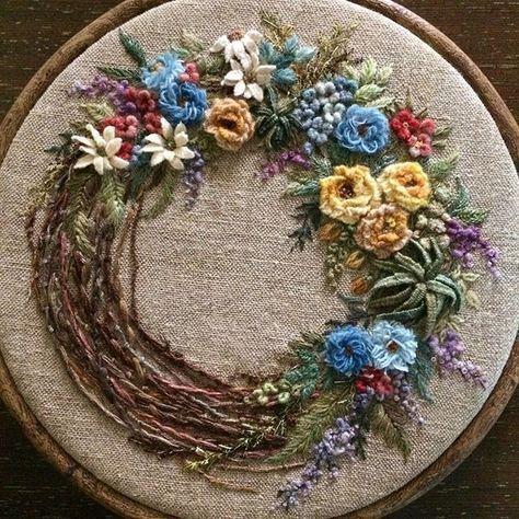 끝내고 나니 때맞춰 찾아 온 감기... 너 참 오랜만이다 근데 왜 하필 지금... 내일 바람 만나러 가야 하는데 . . . #꽃리스 #손염색울사 #영국울사 #엣퀼튼가든 울사 #프랑스자수 #핸드메이드 #embroidery #needlework #handmade #stitch