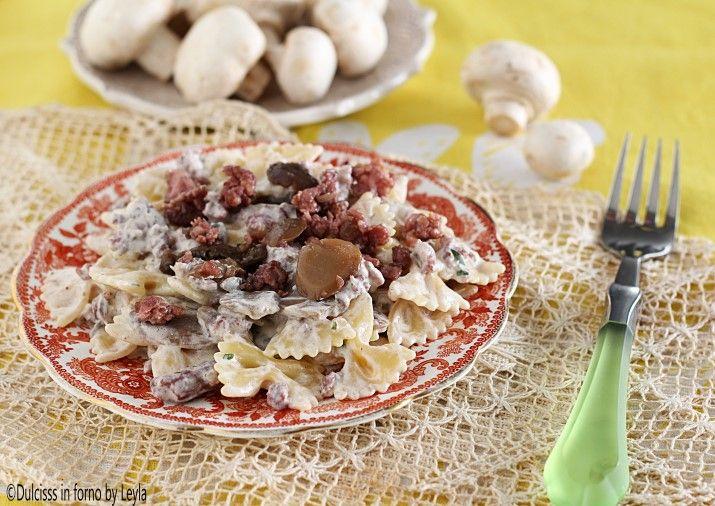 Pasta con funghi e salsiccia, un primo piatto rustico, gustoso e di facile preparazione. La salsiccia darà a questo piatto un ottimo gusto.