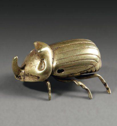 Amulette représentant un scarabée rhinocéros, les détails anatomiques finement indiqués. Il est percé transversalement. Or.  Peninsule Sud-arabique,fin du Ier millenaire av JC