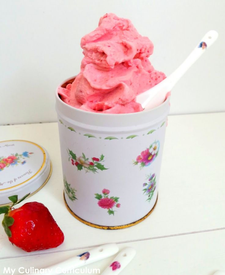 My Culinary Curriculum: Glace au yaourt et à la fraise (Yoghurt ice cream with strawberries)