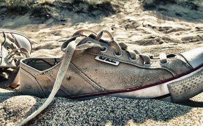 Scarica sfondi spiaggia, sabbia, vecchie scarpe da ginnastica