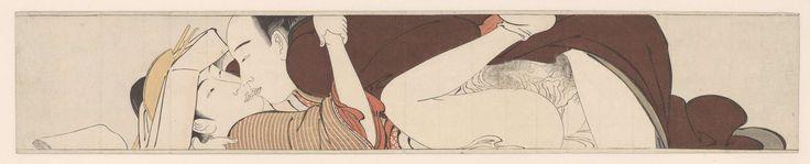 """Torii Kiyonaga   Haastige liefde, Torii Kiyonaga, 1785   Man in bruin/groen gewaad en vrouw in rood/oranje kimono bedrijven zoenend de liefde. De vrouw heeft haar hoed nog op en sokken nog aan. Horizontale pilaarprent uit de 12-delige serie Sode no maki (ook wel vertaald als """"The sleeve scroll"""")."""