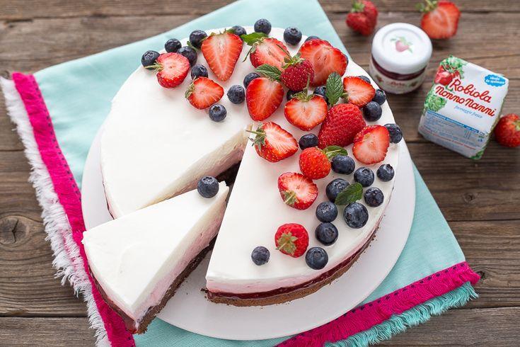 La torta cheesecake alle fragole senza gelatinaèla ricetta perfetta per tutte le persone che amano la cheesecake ma non posso usare la colla di pesce per intolleranze o gusto; è una cheesecake buonissima dal WOW assicurato! La base è composta dalla famosa torta al cioccolato che in tante avete pr
