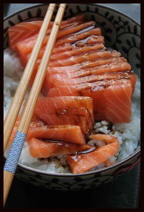 Sashimi ~ Rapide, simple & divinement bon ~ Ingrédients (pour 1 personne) : 100 à 150g de riz japonais - riz rond pour sushi (quantité selon l'appétit du jour) 30 à 40mL de vinaigre de riz (ou si vous en avez, du vinaigre de riz pour sushi qui est déjà assaisonné) 2 cuillères à café de sucre en poudre ½ cuillère à café de sel 1 pavé de saumon (150g) 1 noix de wasabi (en pâte – si vous en avez) Sauce soja