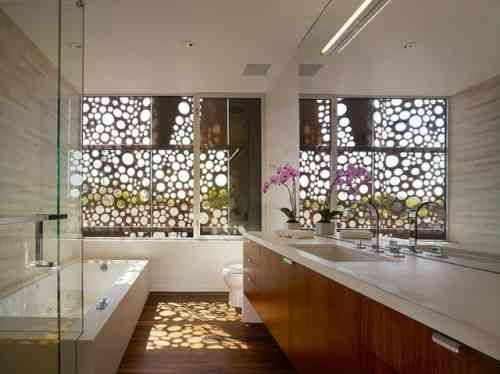 salle de bain avec déco en bois