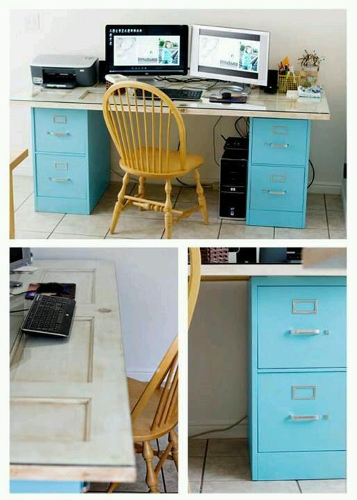 Mesa con archiveros y puerta