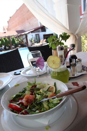 Salată norvegiană cu mix de salate, felii de somon afumat, câteva bucăți de roșii și castraveți