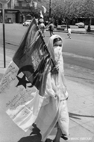 Alger, 2 juillet 1962. D'abord drapeau des combatant du FLN, la bannière vert, blanc et rouge devient le drapeau national algérien.