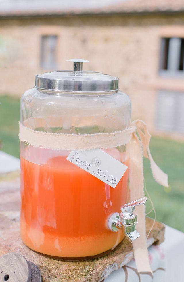 Een gezond drankje van fruit doet het altijd goed #drankjes #sap #limonade #fruit #bruiloft #trouwen #huwelijk #trouwdag #lente #inspiratie Fruit op je bruiloft | ThePerfectWedding.nl | Fotografie: Alexandra Vonk