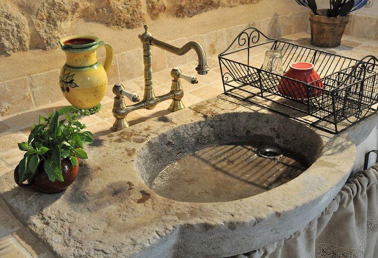 L'évier en pierre dans la cuisine de l'Oustal les Cévennes -