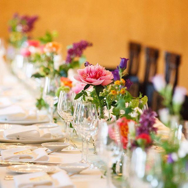 久々weddingtbt. 高砂をなくして、みんなで楽しむ晩餐会スタイル❤︎ ワタシ達の席もそれぞれに用意して、ぉ食事に合わせて移動。 ゆっくり話も出来て、やっぱりこのスタイルで良かった♬  テーブル装花も、ガラス食器に合わせた透明感と流れの出る感じにしてもらったの。 コーラルピンクの芍薬、紫のライラック、ミントグリーンのライナー。 邸宅スタイルならでゎ❤︎の装花。 NESTの富吉さんありがと。  #全体像が分からなぃ写真が残念 #そろそろみんなに写真送らなくちゃ #内祝いも...#もぅすぐ夏休みだカラまとめてやりたぃ‼︎ #でも遊びに行きたぃ  #wedding  #結婚式 #大人婚 #クラシカルウェディング  #邸宅ウェディング  #happy #テーブル装花 #flower
