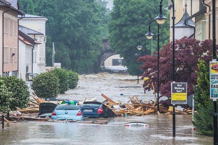 Autókat sordor az árvíz Simbach am Inn településen, Németországban Fotó: DPA / Daniel Scharinger