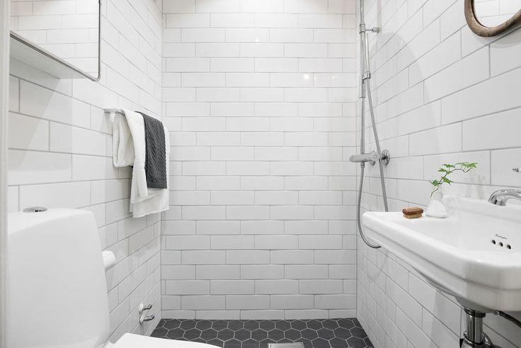 Badrummet är bra planerat med en rejäl duschhörna