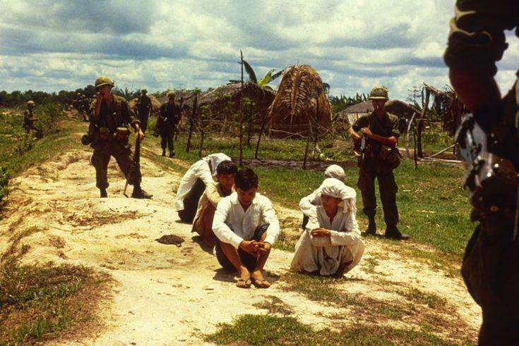 Kriegsgefangene:  Amerikanische Soldaten bewachen 1967 gefangene...