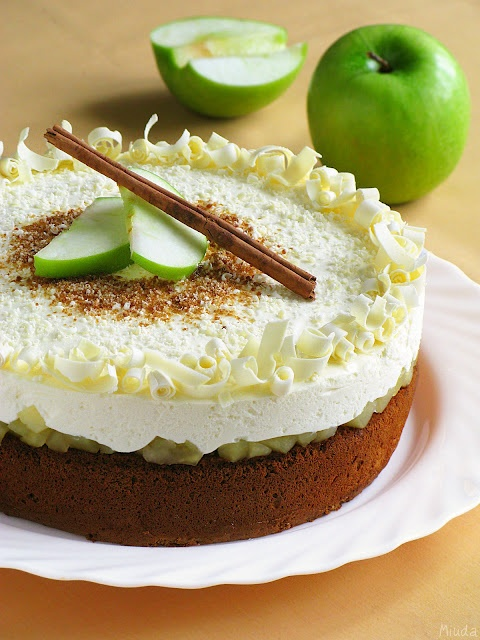 Honey and apple cake with creamy mousse