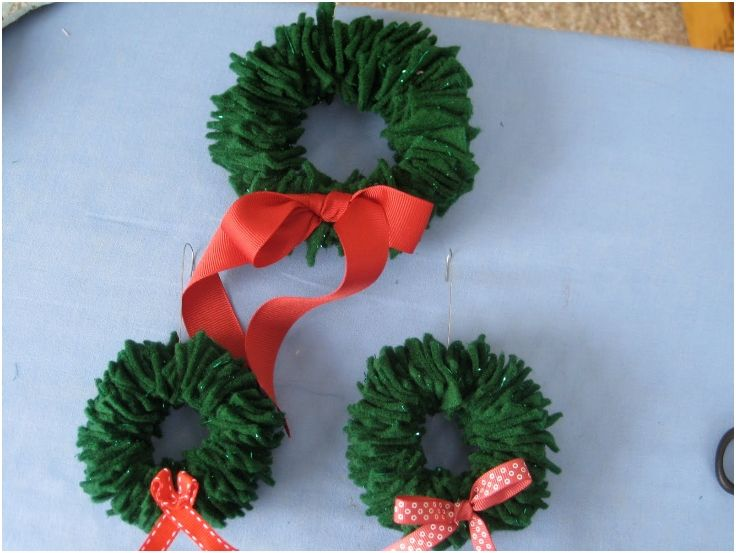 felt wreath ornament. [i actually made these. the green just blends into the christmas tree, but they came out cute in white.]