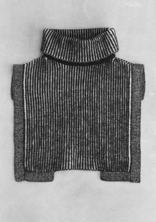 Elegant and practical, this knitted collar is crafted from soft wool and features a polo neck and rib knitting. - Knit border - Cut-out hem- Shorter length in the back- Front length: 36 cm  Back length: 13 cm  (size 38)