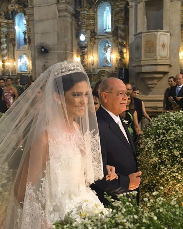 Vestido de noiva clássico com mantilha sobre o rosto ( Vestido: Wanda Borges )