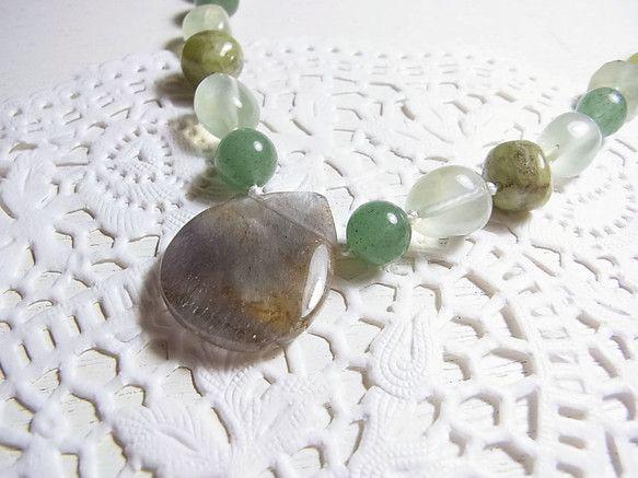 水晶の中に浮かぶ内包物が羽に見えることから「エンジェルウィング」と呼ばれる石です。その名の通り、天使の守護を受ける石といわれます。また、エンジェルウィングは聖...|ハンドメイド、手作り、手仕事品の通販・販売・購入ならCreema。