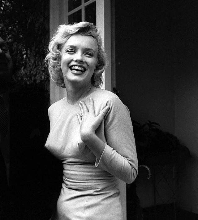 Сегодняшняя именинница Мэрилин Монро была самой обсуждаемой персоной 1950-х  начала 1960-х годов. В ее образе было продумано все до мелочей: мимика походка жесты движения слова голос. Все от и до работало на роль настоящей ожившей иллюстрации в стиле пин-ап. А вот роль иконы стиля ей удалось освоить не сразу. Как это было читайте по ссылке #merylinmonroe  via HARPER'S BAZAAR RUSSIA MAGAZINE OFFICIAL INSTAGRAM - Fashion Campaigns  Haute Couture  Advertising  Editorial Photography  Magazine…